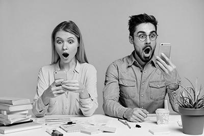 Een man en een vrouw met een smartphone